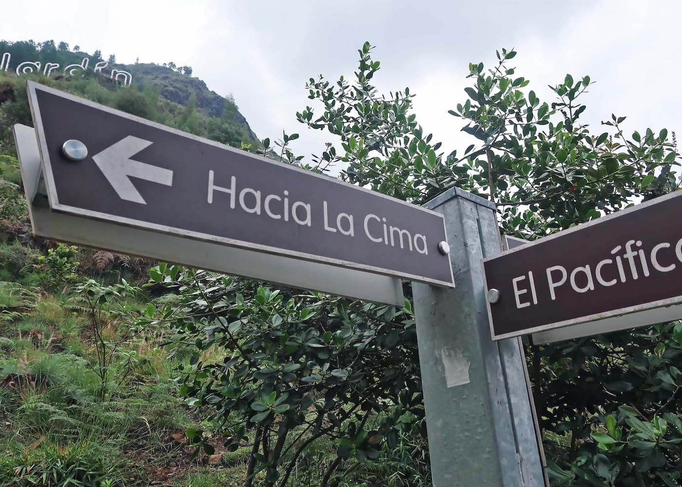 Sign saying Hacia la Cima pointing to top of Pan de Azucar