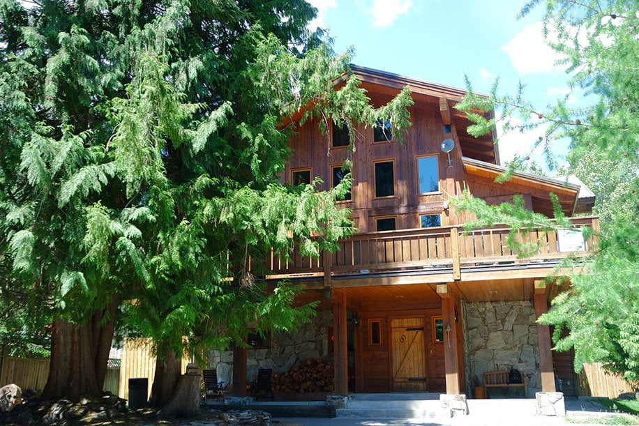 Alpine Lodge Whistler hostels exterior