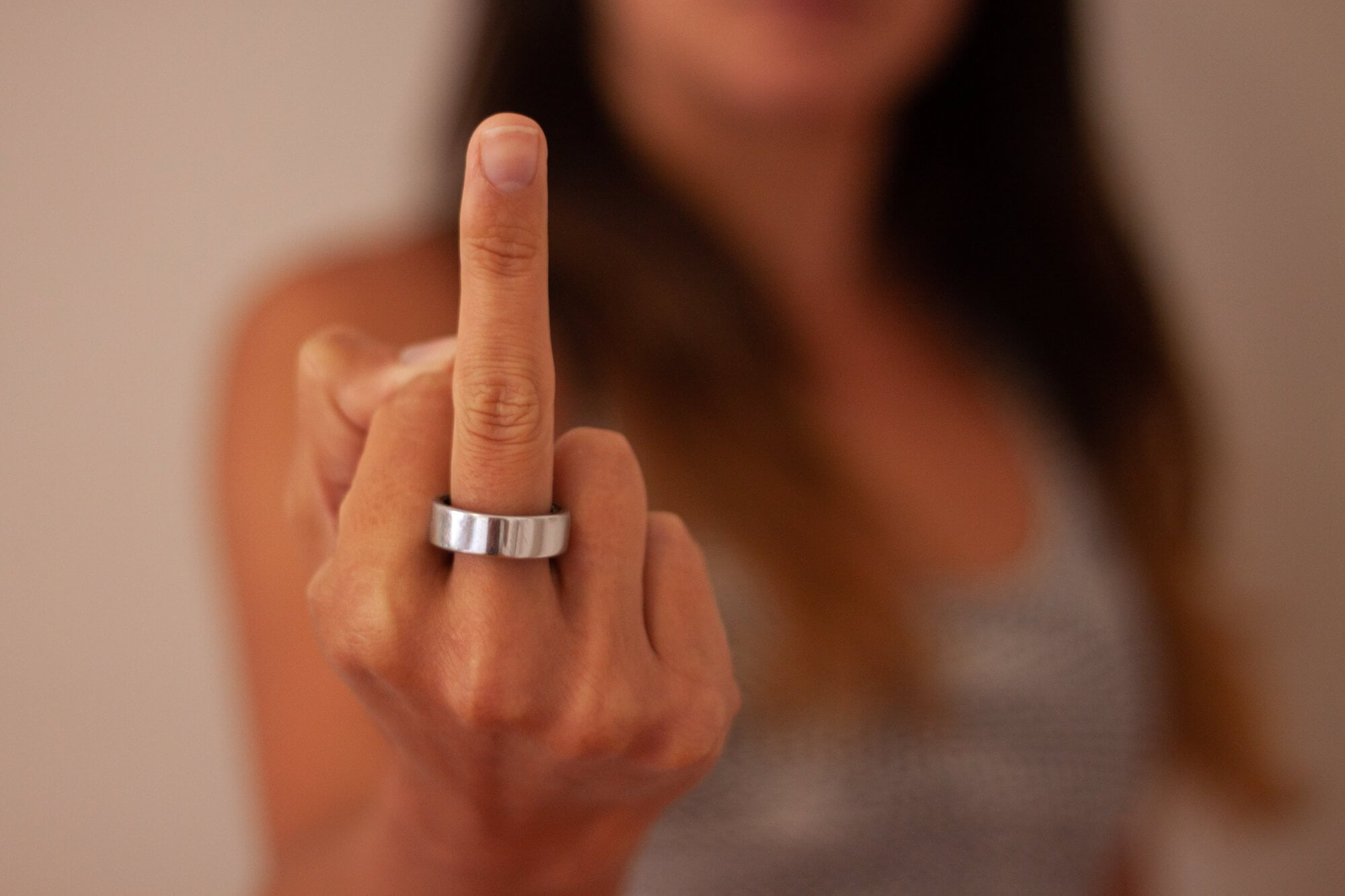 Oura ring review cover image of Kim showing it off on her middle finger