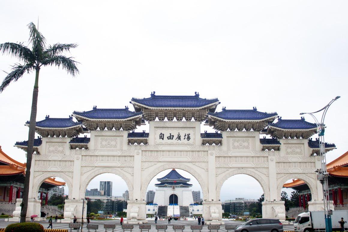 Stumbling across the impressive Chiang Kai-shek Memorial hall.
