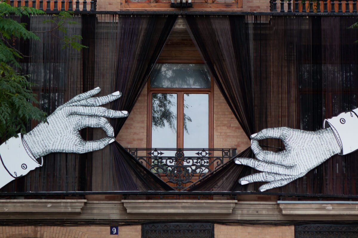 Unusual piece of artwork that uncovers exterior blinds in Valencia